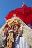 传统巴厘语精神Rangda在红色伞下 免版税图库摄影