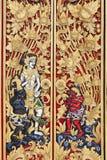 传统巴厘语被雕刻的木门 免版税库存照片