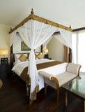 传统和古色古香的卧室别墅 免版税图库摄影