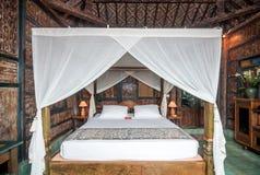 传统和古色古香的爪哇样式卧室别墅在巴厘岛 免版税库存照片