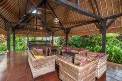 传统和古色古香的爪哇样式客厅别墅在巴厘岛 免版税库存图片
