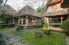 传统和古色古香的巴厘语样式别墅设计 免版税库存图片
