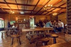 传统咖啡馆的访客晚餐与木家具的 图库摄影