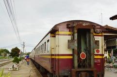 传统商业小贩销售某一包装食物和纪念品对火车的乘客 库存照片
