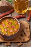 传统啤酒汤用香肠油煎方型小面包片和 库存照片