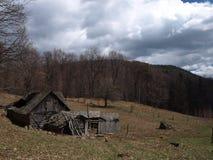 传统喀尔巴阡山脉的村庄房子 库存图片