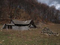 传统喀尔巴阡山脉的老村庄房子 免版税库存照片