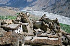 传统喜马拉雅屋顶平台房子在Dhankar村庄与 库存图片