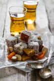 传统土耳其甜lukum服务用茶 免版税库存照片