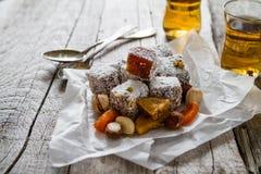 传统土耳其甜lukum服务用茶 库存照片