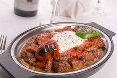 传统土耳其语伯萨Iskender Kebap装饰与烤 免版税库存照片