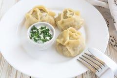 传统土耳其manti用酸性稀奶油调味汁 免版税库存照片