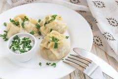 传统土耳其manti用酸性稀奶油调味汁 免版税库存图片