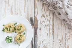 传统土耳其manti用酸性稀奶油调味汁 库存图片