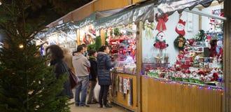 传统圣诞节公平在evenin的Sagrada Familia教会附近 免版税库存图片