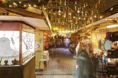 传统圣诞节市场在Vorosmarty广场的(Vorosmarty ter)布达佩斯在晚上 免版税库存照片