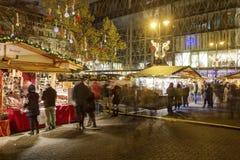 传统圣诞节市场在Vorosmarty广场的(Vorosmarty ter)布达佩斯在晚上 库存图片