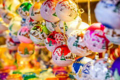 传统圣诞节市场装饰,充分报亭装饰的球 免版税库存照片