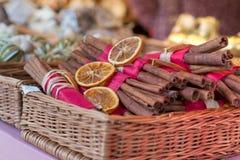 传统圣诞节市场装饰,充分篮子整个桂香 免版税库存照片