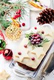 传统圣诞节果子蛋糕布丁用小杏仁饼和蔓越桔 图库摄影