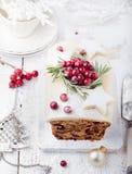 传统圣诞节果子蛋糕布丁用小杏仁饼和蔓越桔 免版税库存图片