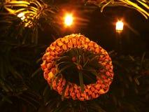 传统圣诞节由干燥秸杆做的圆环装饰 与小柔和的光的圣诞树 图库摄影