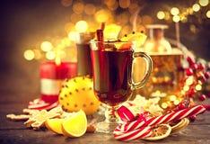传统圣诞节被仔细考虑的酒热的饮料 假日圣诞节桌 库存照片