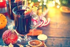 传统圣诞节被仔细考虑的酒热的饮料 假日圣诞节桌 免版税库存照片