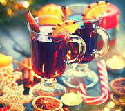 传统圣诞节被仔细考虑的酒热的饮料 假日圣诞节桌 免版税库存图片