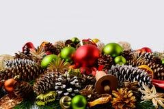 传统圣诞节装饰品、冷杉分支和杉木锥体 库存图片