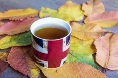 传统在秋天背景的下午英国茶 免版税图库摄影