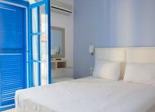 传统地中海样式的空的旅馆客房与蓝色bl 免版税库存图片