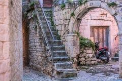 传统地中海街道在克罗地亚 免版税库存照片