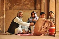 传统巴基斯坦家庭吃 免版税库存图片