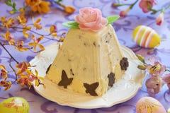 传统复活节酸奶干酪点心用桔子和巧克力 图库摄影