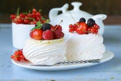 传统夏天点心pavlova用莓果 免版税库存图片