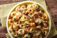 传统多彩多姿的意大利式饺子用巴马干酪和香肠 库存照片