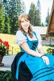 传统奥地利衣裳的白肤金发的妇女 库存照片
