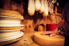传统奶酪制造 库存图片