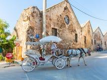 传统威尼斯式有盖马车和马在希腊,克利特 库存照片