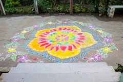 传统对招呼的Rangoli花卉设计印地安门限现代适应 库存照片
