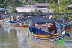 传统小船五颜六色的渔夫 免版税库存图片