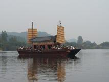 传统小船在韩国搭载一条河的乘客 免版税库存照片