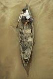 传统小船的老人 免版税库存照片