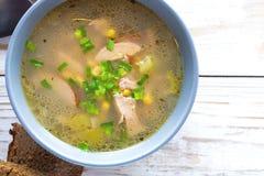 传统尼日利亚玉米和熏制的鸡清除汤 免版税图库摄影