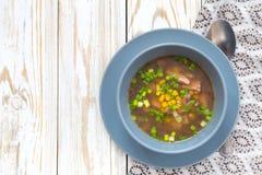 传统尼日利亚玉米和熏制的鸡清除汤 免版税库存图片