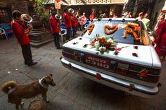 传统尼泊尔婚礼的未认出的音乐家 免版税库存图片