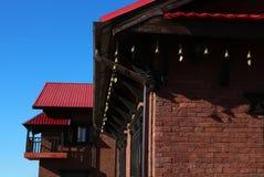 传统尼泊尔房子晴朗的屋顶底部 库存图片