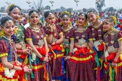 传统尼泊尔服装的尼泊尔舞蹈家 免版税库存图片