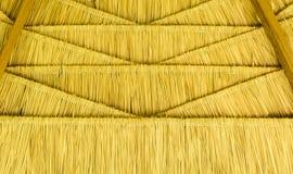 传统屋顶在藤条做的古老泰国议院浅褐色烘干在无缝的样式三角形状的叶子 图库摄影